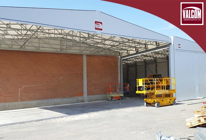 CAPANNONI IN PVC VALCOM PER PL&TL: L'installazione ha permesso un deciso ampliamento dell'area di stoccaggio destinata a componenti plastici.